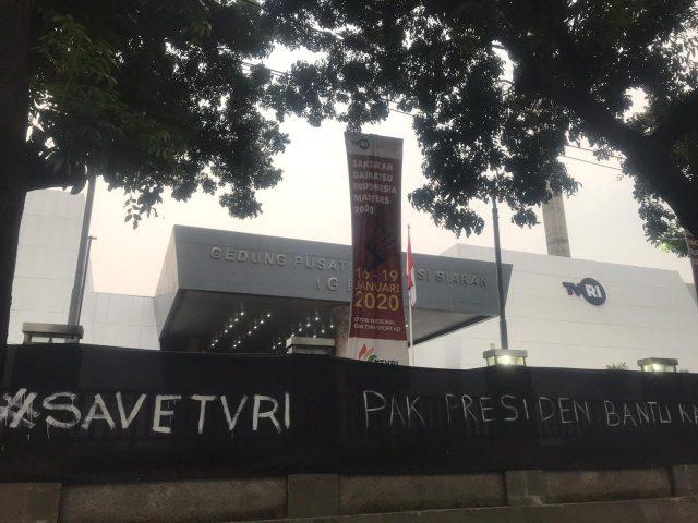Kain Hitam Dibentangkan di Gedung TVRI, Ada apa?